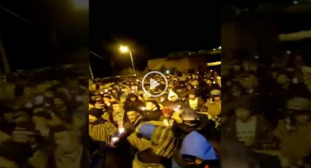 جرادة/المغرب:المحتجون على الأوضاع ينظمون مسيرة للشموع (فيديو)